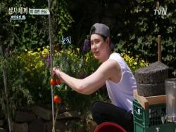 "Watch: Lee Jong Suk Becomes Flustered During Hidden Camera Prank On ""Three Meals A Day"""
