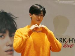 WATCH: Korean heartthrob Park Hyung Sik arrives in the Philippines