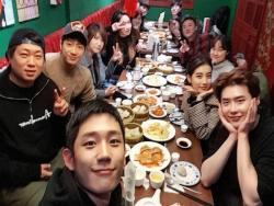 """While You Were Sleeping"" Cast And Crew Pose For Photos Together At Reunion Dinner"