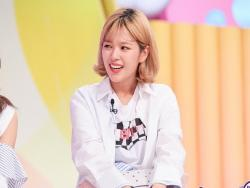 "TWICE's Jeongyeon Reveals One Of Her Insecurities On ""Hello Counselor"""