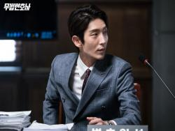 "Lee Joon Gi Spotted Helping Out The Production Staff On ""Lawless Lawyer"""