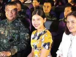LOOK: Maine Mendoza's surprise visit sa block screening ng kanyang fans