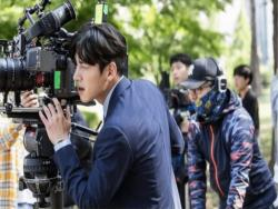 "Ji Chang Wook Transforms Into Director Behind The Scenes In ""Suspicious Partner"""